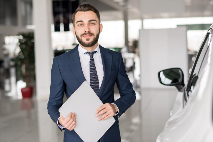 mężczyzna w salonie samochodowym